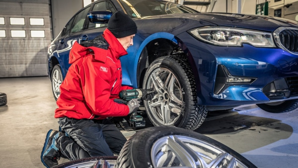 Winter tyres test: fitting tyres on cars by AMS
