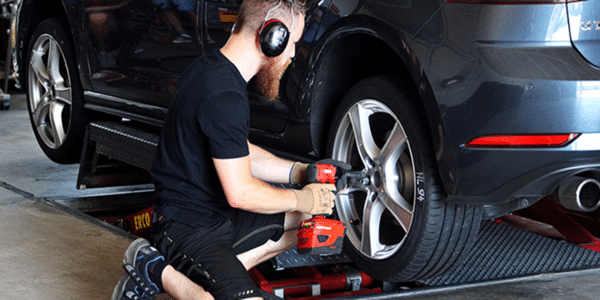 ADAC and TCS summer tyre test: fitting a tyre on a Golf