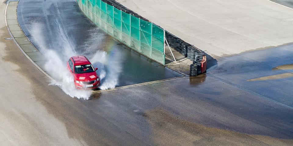 Test ACE Lenkrad wet cornering