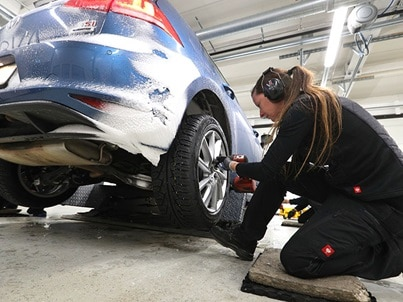 Fitting winter tyres on a Volkswagen Golf for the ADAC and TCS winter tyre test