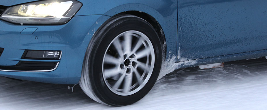 Volkswagen Golf driving on snow during the 2021 ADAC and TCS winter tyre test