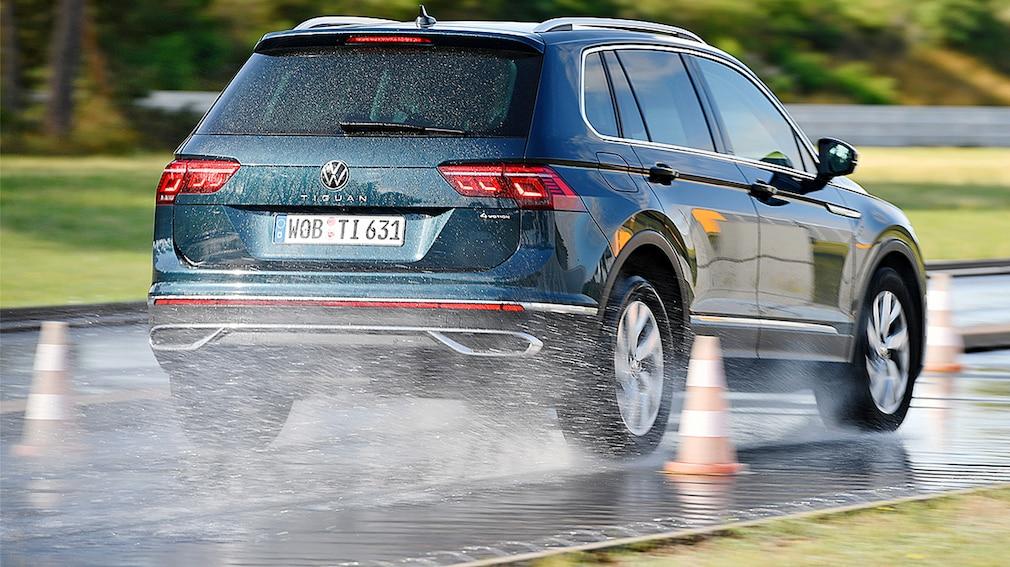 Volkswagen Tiguan braking in the wet during the 2021 Auto Bild SUV all season tyre test