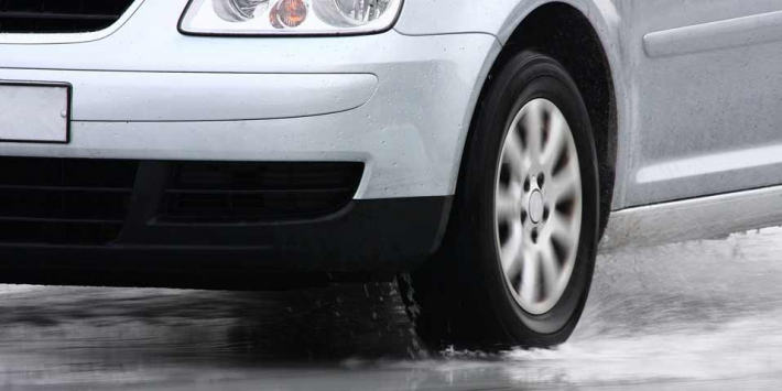 Aquaplaning: how to drive on wet roads