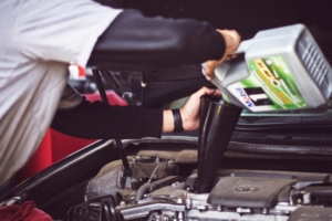 Changing oil: pour the engine oil into the tank